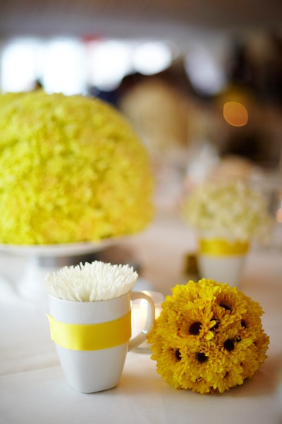 yellow-centerpiece-coffee-cup-mums