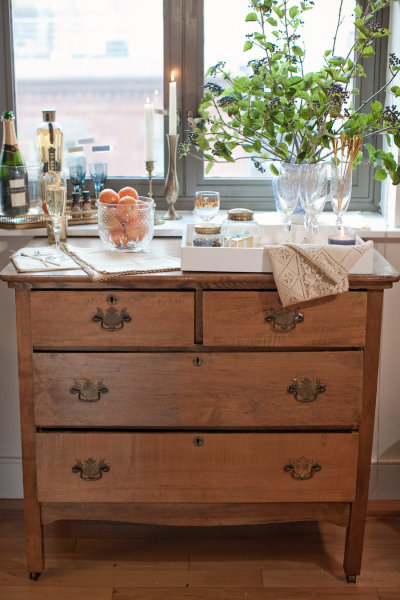 champagne-bar-birthday-party-dresser-as-party-decor